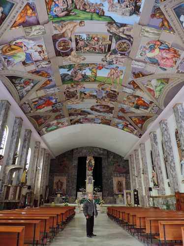 Incansable, reproduce la bóveda de la Capilla Sixtina en su colonia