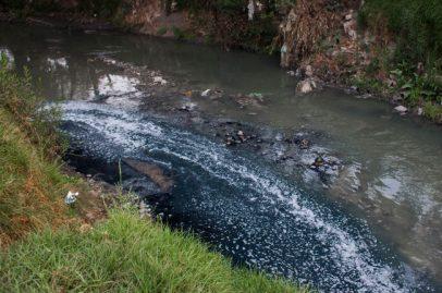 Agua residual color añil del Corredor Industrial Quetzalcóatl, Atoyac, Puebla