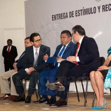 Encabeza gobernador entrega de estímulos a docentes que cumplieron años de servicio