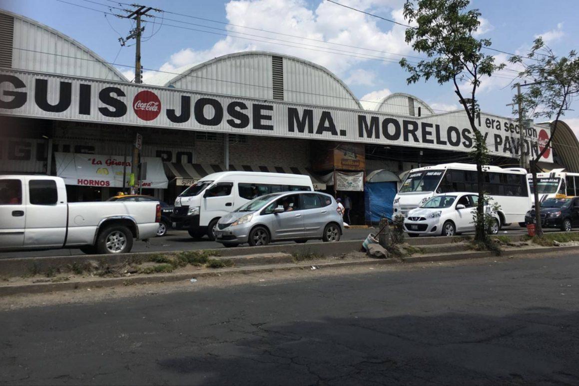 Golpean y amarran a un diablito a presunto extorsionador en el mercado Morelos